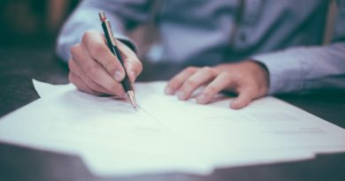 Homme signant un crédit immobilier