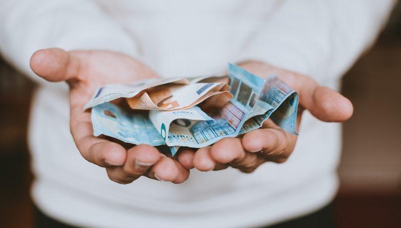 Homme montrant de l'argent dans ses mains