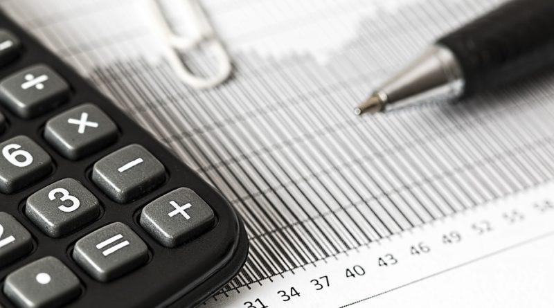 Calculatrice, feuille et stylo