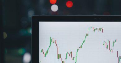 Ecran d'ordinateur avec une courbe d'évolution de la valeur boursière