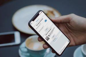 Une personne déclarant ses revenus sur lun smartphone