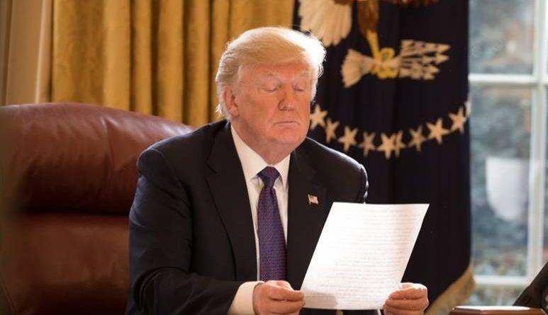 Donald Trump dans son bureau (Bureau Ovale) à la Maison Blanche