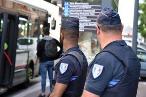 Des policiers français à une station de bus