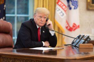 Donald Trump, téléphonant dans le Bureau Ovale, à la Maison Blanche, en novembre 2018