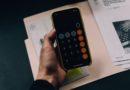 Une personne calculant ses impôts avec un smartphone