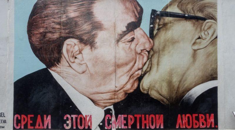 Le baiser du Mur de Berlin entre Brejnev (URSS) et Honecker (RDA)