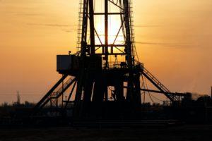 Une installation pétrolière dans le crépuscule.