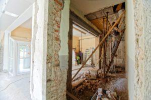 Des ouvriers dans une maison en construction.