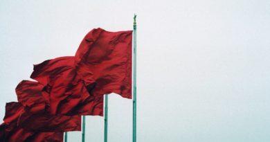 Des drapeaux chinois au vent.