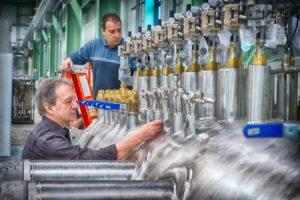 Des ouvriers à l'oeuvre dans une usine.