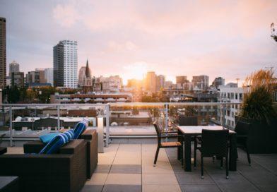 Au balcon d'un appartement avec une vue sur la ville.