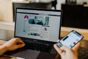 Page Facebook des médias sociaux d'un entrepreneur sur ordinateur et mobile. (Crédit ; Unsplash).